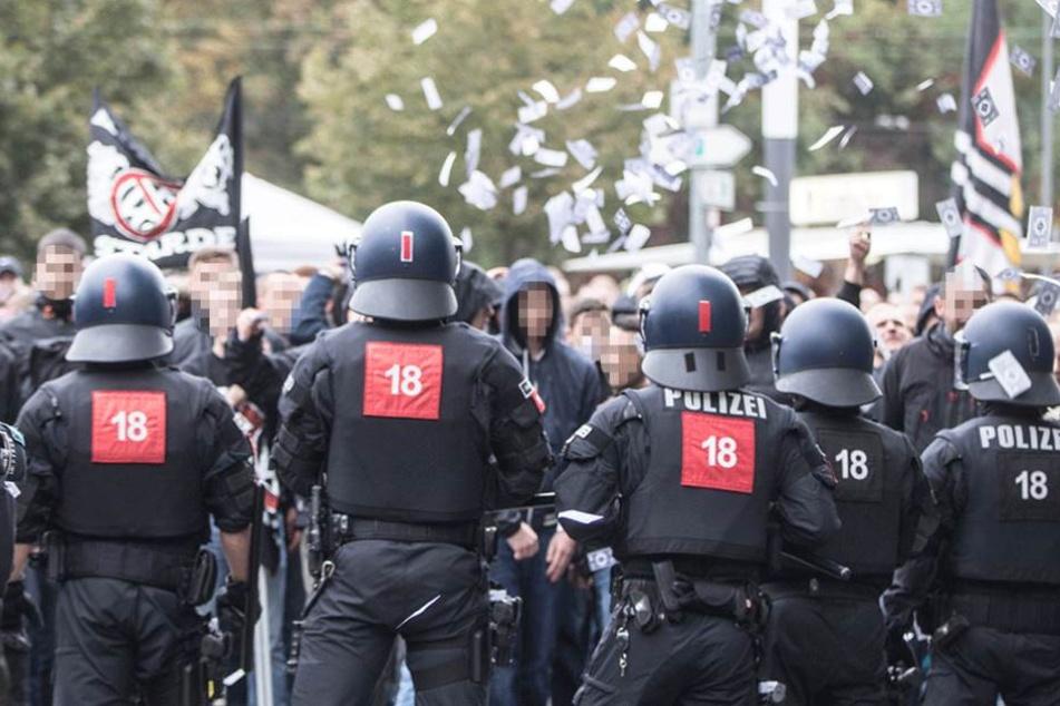 Polizisten bewachten die Hooligans aus Hessen (Symbolfoto).