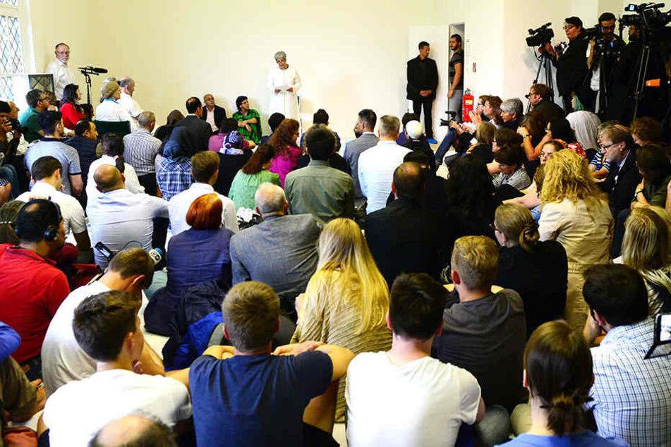 Eine gute besuchte Predigt in einer Berliner Moschee.