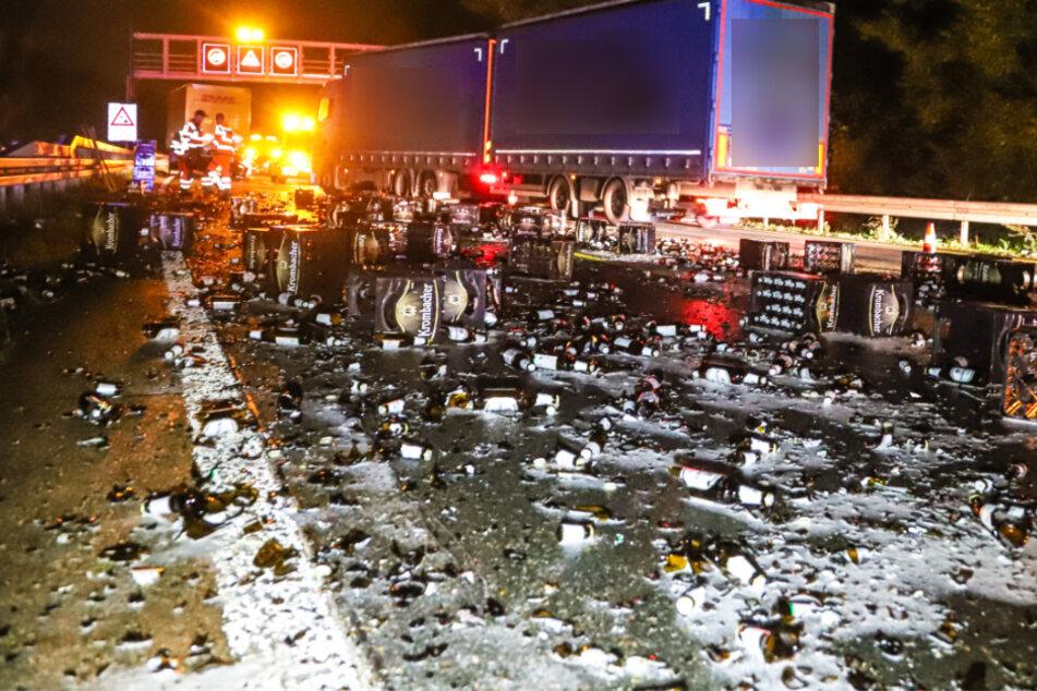 Ganze Autobahn nach Crash mit Bierflaschen übersät