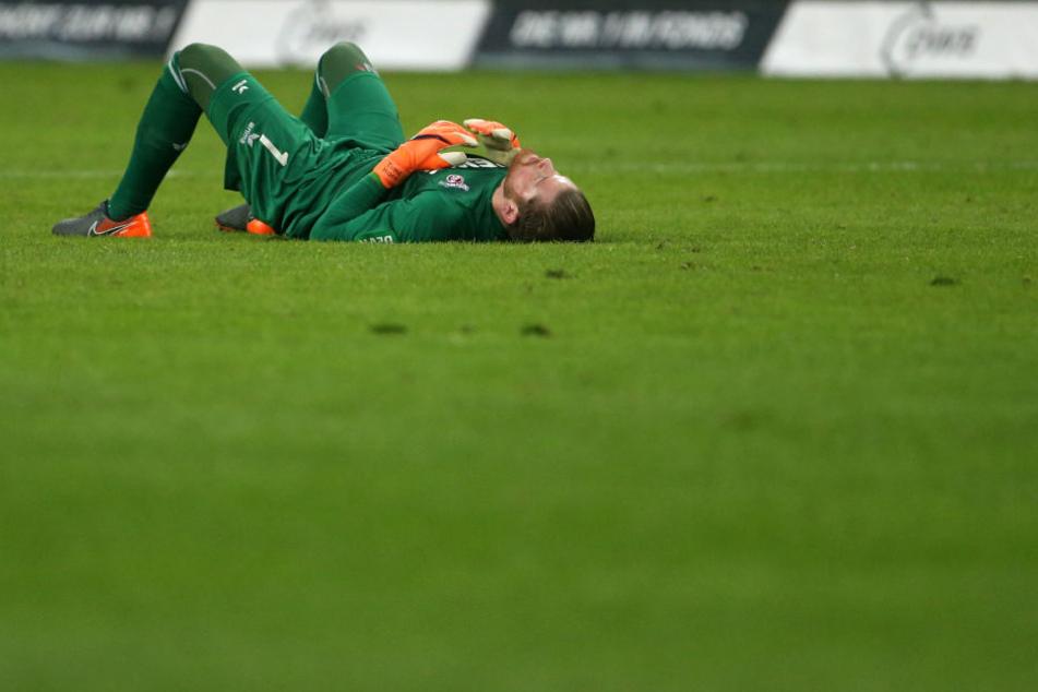 Der Kölner Torwart Timo Horn lag nach der Niederlage ebenfalls am Boden.
