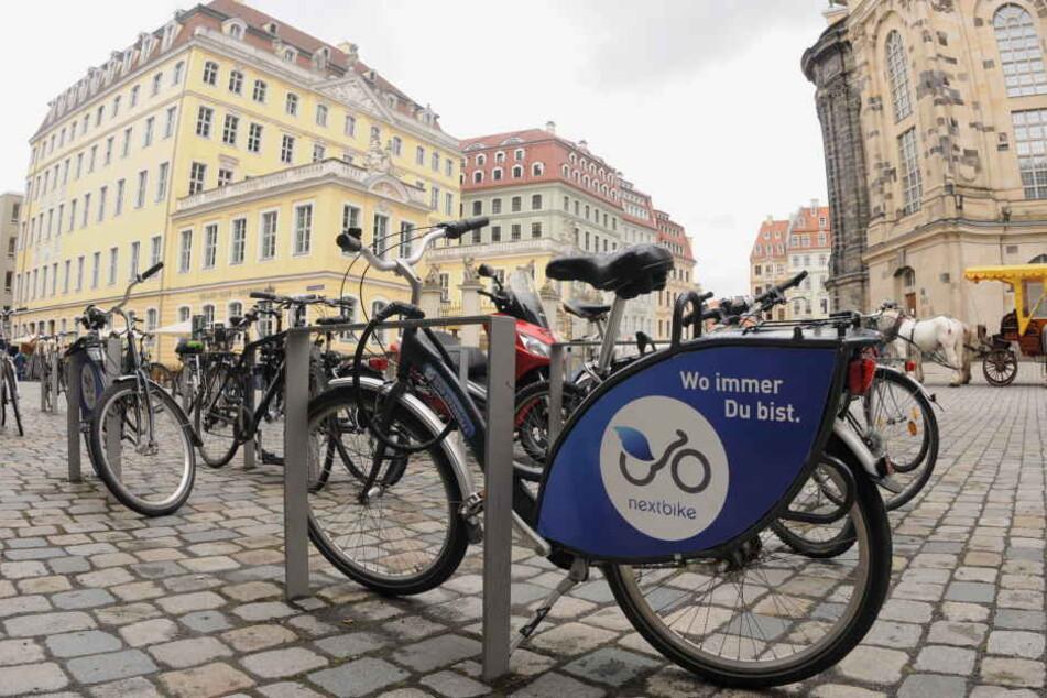 """Am Dresdner Neumarkt stehen sie schon seit geraumer Zeit: Fahrräder des Leipziger Unternehmens """"Nextbike""""."""