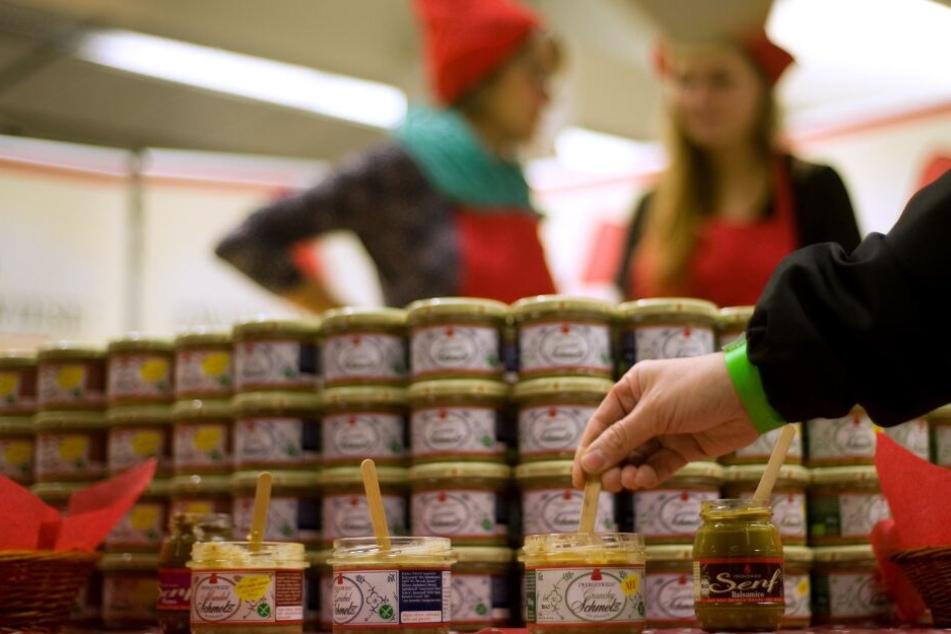 Vegane Aufstriche der Firma Zwergenwiese stehen auf der Veganen Food- und Lifestyle-Messe Hamburg zum Verkosten bereit.