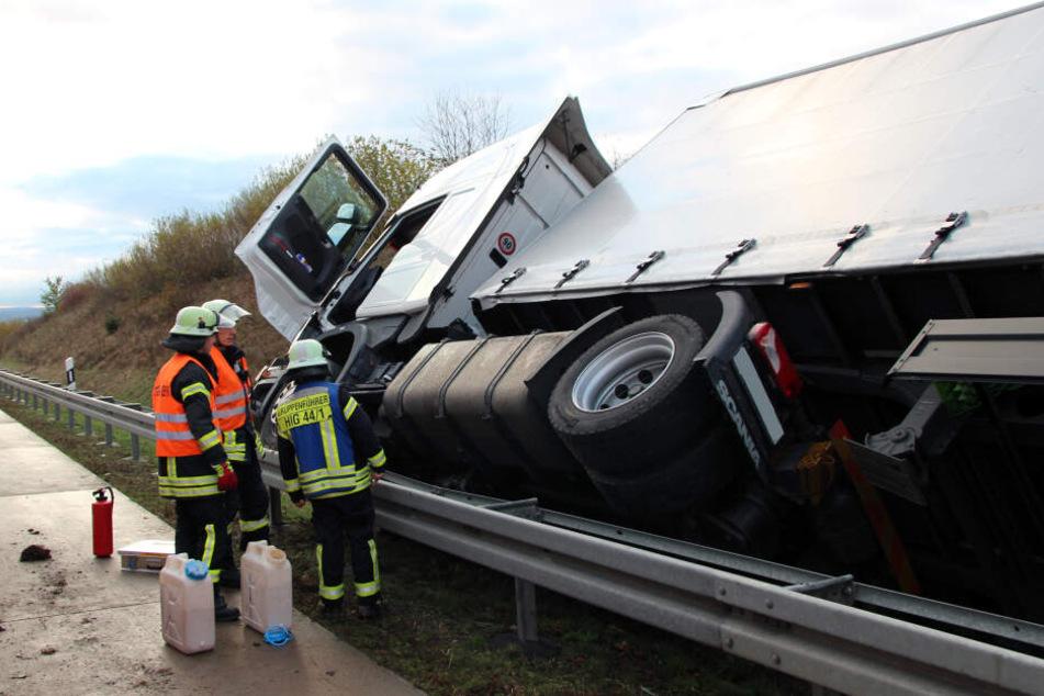 Der Laster war auf der Leitplanke hängen geblieben.