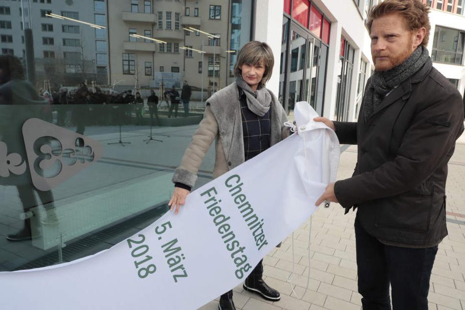 Ein Friedensplatz für Chemnitz: OB Barbara Ludwig (56, l.) und Baubürgermeister Michael Stötzer (45, Grüne) bei der Enthüllung.