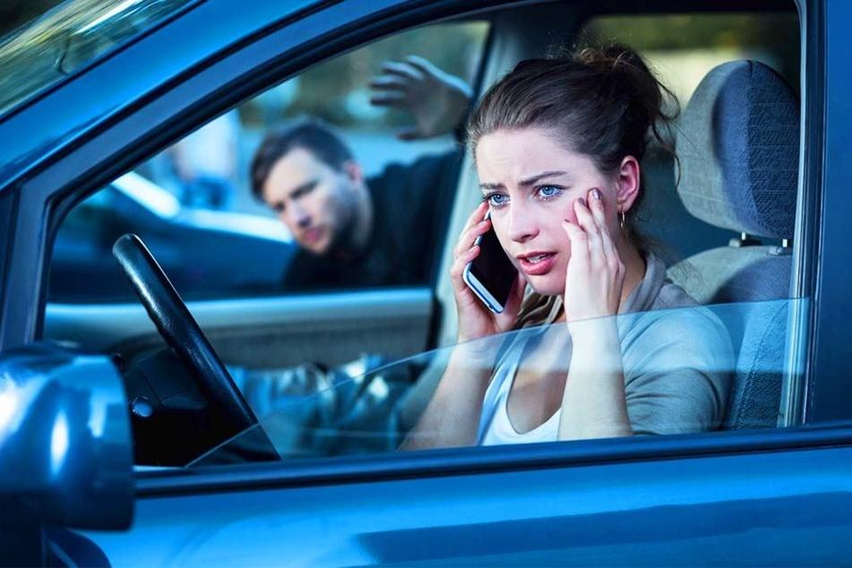 Was für ein Schock! Obwohl die 24-Jährige nein sagte, versuchte ein Unbekannter, durch ihr Beifahrerfenster ins Auto zu kommen. (Symbolbild)