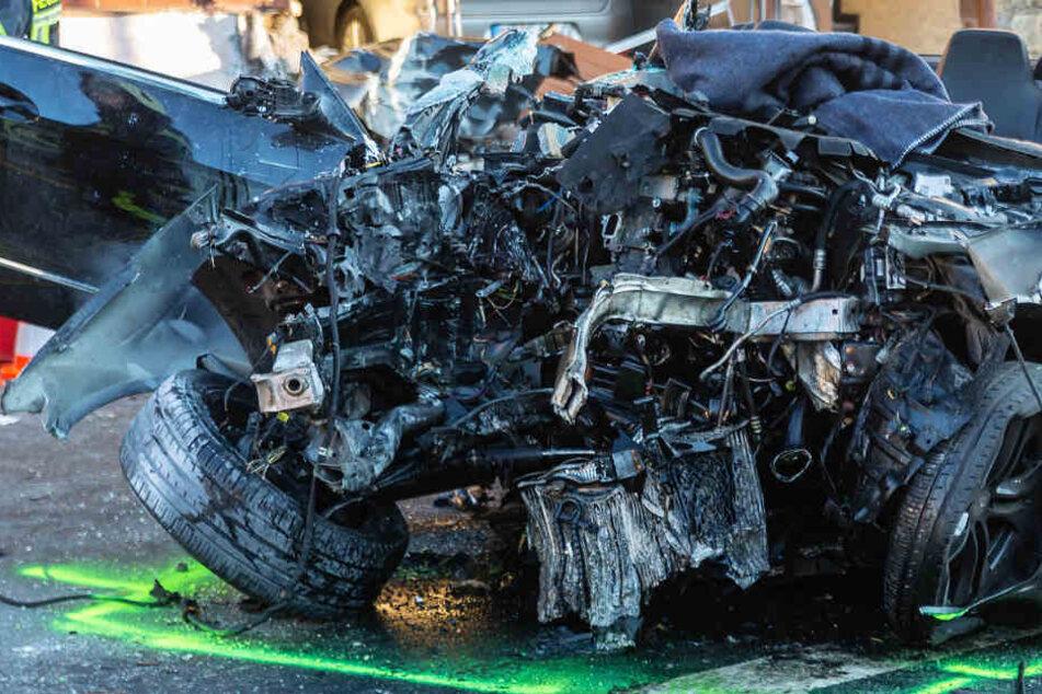 Die Vorderfront des Wagens wurde komplett zerstört.