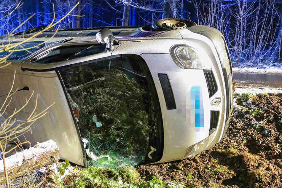 Der Renault blieb nach dem Unfall auf der Seite liegen.