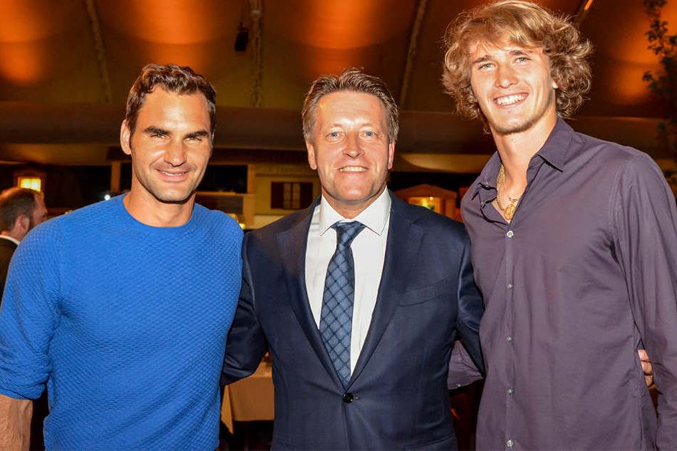 Entspannter Bühnenmoment bei der Gerry Weber Open Fashion Night vor dem Traumfinale im Gerry Weber Stadion (von links): Roger Federer, Turnierdirektor Ralf Weber und Alexander Zverev.