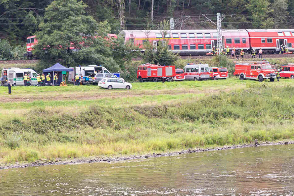 Das Szenario sah vor: Ein Eurocity war in einen Erdrutsch gerast. Rettungsfahrzeuge bahnten sich über einen Radweg den Zugang zur Unglücksstelle.