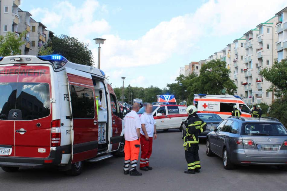 Zahlreiche Rettungswagen und ein Notarzt sind im Einsatz.