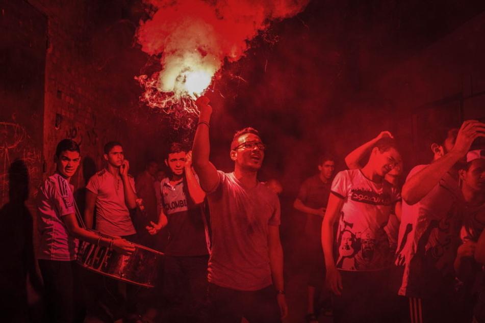 Mitglieder der Muslimbruderschaft demonstrieren am 06.10.2015 in Kairo am zweiten Jahrestag von Zusammenstößen der Bruderschaft mit Sicherheitskräften.