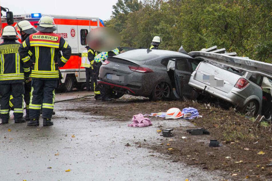 Unfall auf der A671: Autos nach Crash unter Leit-Planke eingeklemmt