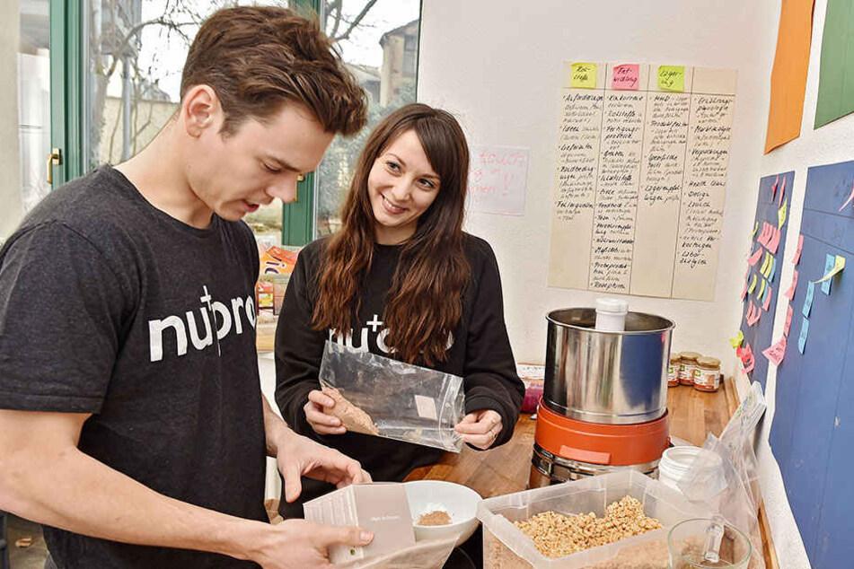 Christian und Laborantin Gloria Scheibe (25) tüfteln mit verschiedenen Zutaten in der Versuchsküche.