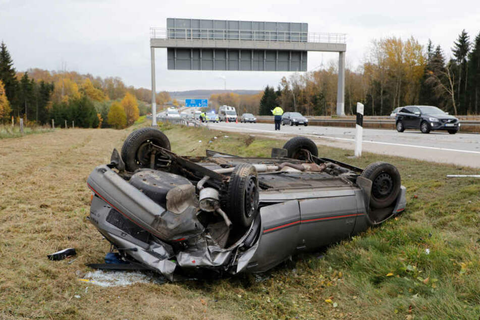 Ein Opel überschlug sich bei der Massenkarambolage und landete im Straßengraben.