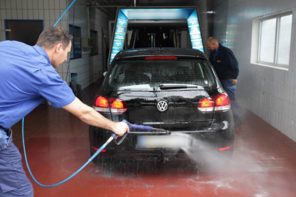 Auto rollt bei Reinigung los: Frau schwer verletzt