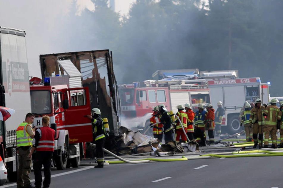 Bei dem Busunglück wurden 30 Menschen verletzt. 18 Personen kamen ums Leben.
