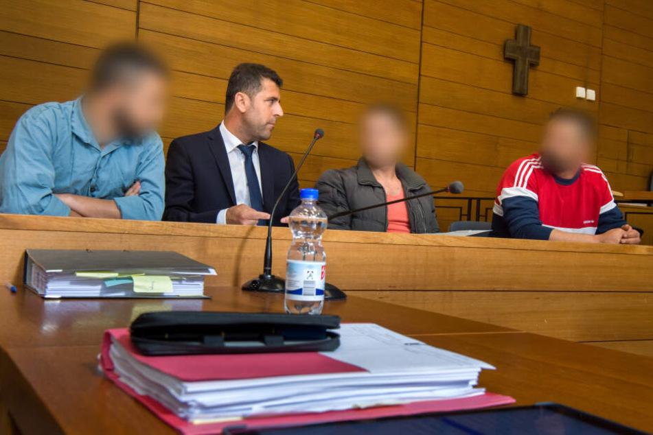 Die Angeklagten Ammar R. (l-r), ein Dolmetscher, Muataz J. und Mahmod R. sitzen am 27.06.2017 am Landgericht in Traunstein auf ihren Plätzen.