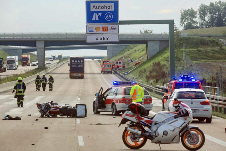 Motorradfahrer stirbt auf A8: Gaffer filmt Rettungsversuch