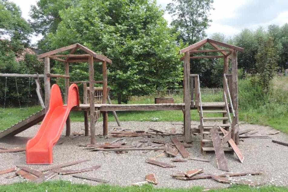 Dieser Holzspielplatz wurde sinnlos zerstört.