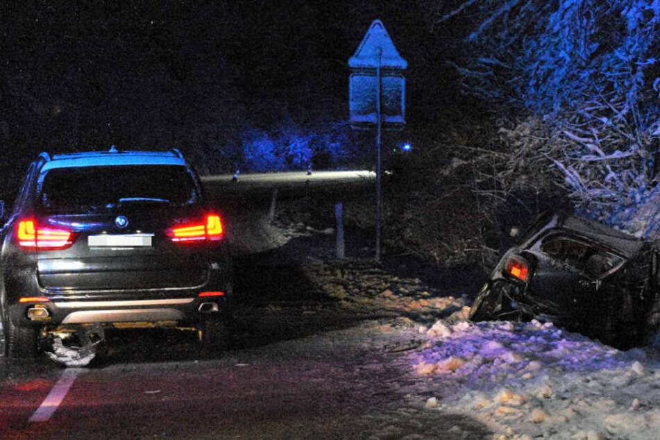 Der Wagen stieß mit einem entgegenkommenden Auto zusammen.