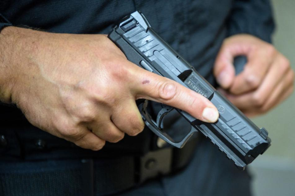Nach einem Warnschuss setzten die Polizisten den Angreifer in Prenzlau gezielt außer Gefecht. (Symbolbild)