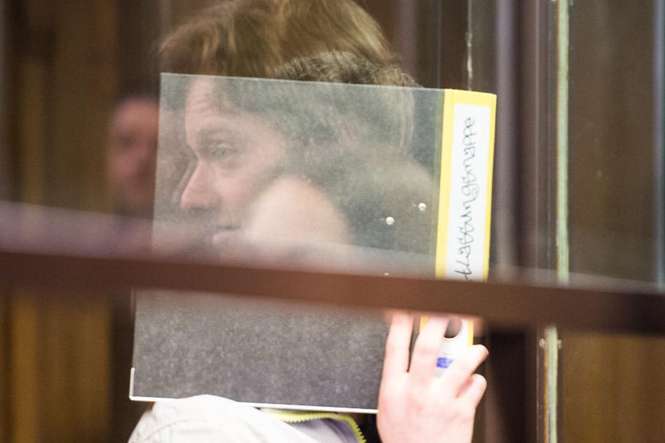 Der 18-Jährige verdeckte beim Prozess sein Gesicht mit einem Aktenordner.