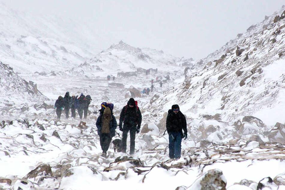 Bergwanderer am Fuße der Basisstation des Mount Everest.