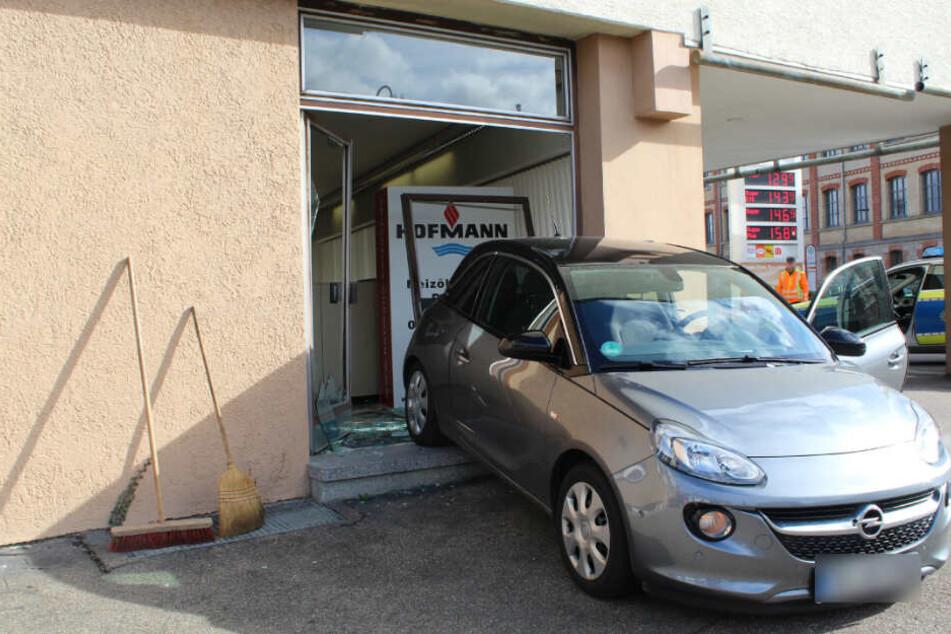 Verschaltet! Seniorin kracht mit Opel in Glasfront