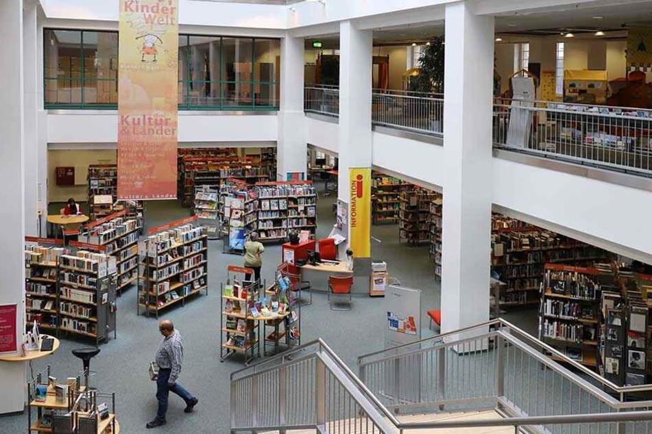 Bücher hoch stapeln: Die Stadtbibliothek befindet sich auf mehreren Etagen im Tietz (Moritzhof 20).