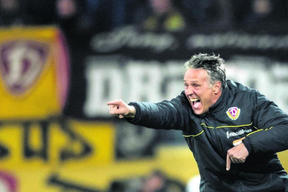 """""""Da geht's in den Urlaub"""", scheint SGD-Coach Uwe Neuhaus zu rufen. Doch zuvor soll seine Truppe noch bei den Duisburger Zebras glänzen."""