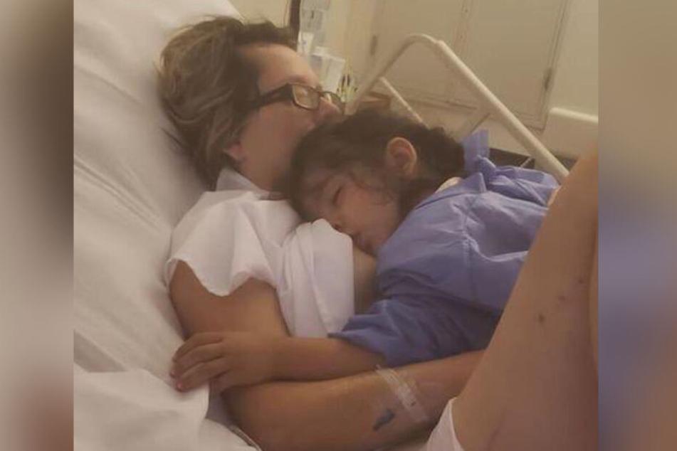Maria Laura Ferreyra (42) stillt ihre kleine Tochter (2).