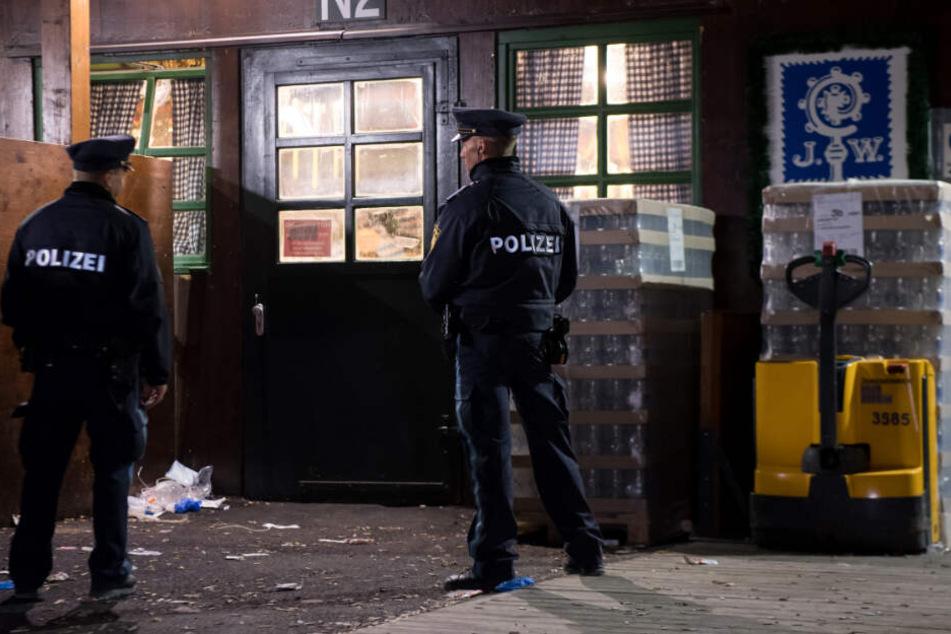 Polizisten stehen am Tatort vor dem Augustiner-Zelt auf dem Oktoberfest 2018.
