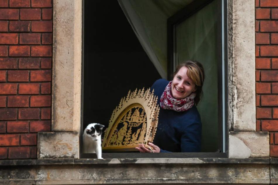 Anwohnerin Kathleen (33) räumt ihren Schwibbogen freiwillig weg. Katze Tilda beäugt das Geschehen kritisch.