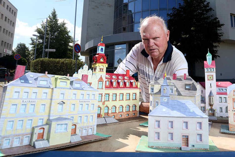 Mit Liebe fürs Detail: Erhard Hänel (78) hat zwölf ehemals eigenständige Rathäuser originalgetreu als Papiermodelle nachgebildet. Zu sehen sind sie im Solaris-Turm in der Neefestraße 88.