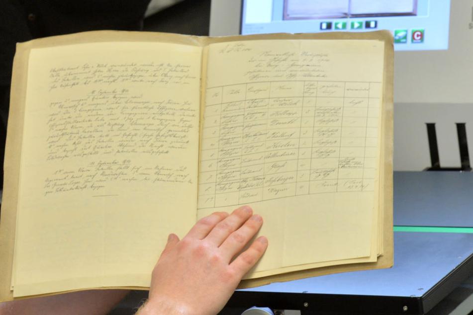 Ein Tagebuch aus dem ersten Weltkrieg wird gescannt um es digital zu speichern. (Archivbild)