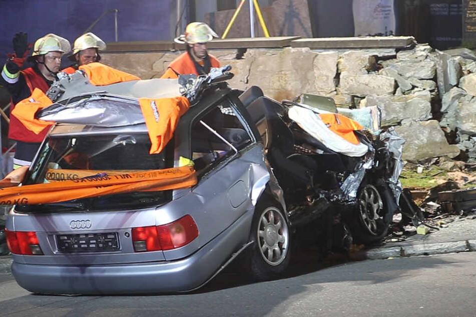 Bei Lindau knallte ein Autofahrer gegen eine Friedhofsmauer und starb am Unfallort.