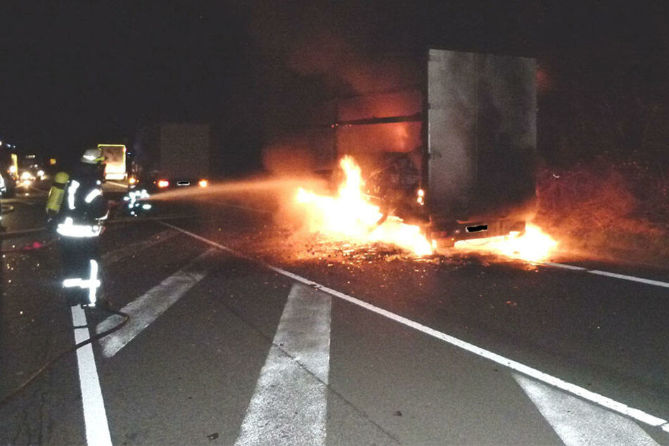 Der Anhänger stand komplett in Flammen. Die Feuerwehr ist wohl bis 10 Uhr im Einsatz.