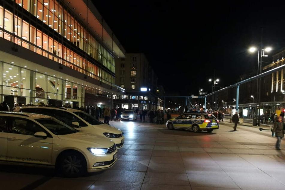 Die Aufführung im Kulturpalast musste unterbrochen werden, auch die Polizei kam vorbei.