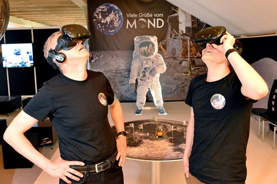 Männer im Mond: Auch Torsten Zimmermann (53, l.) und Sohn William Schubert (24) gönnen sich selbst gern den Apollo-Trip per VR-Brille.