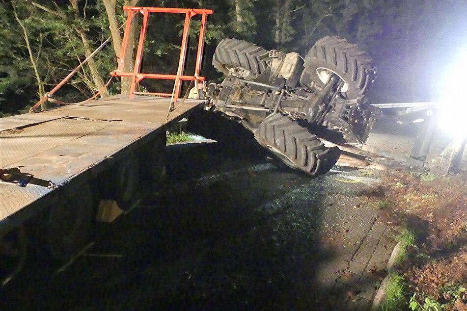 In der Kurve verlor der 17-Jährige die Kontrolle über den Traktor. Das Gefährt kippte und der Anhänger löste sich.