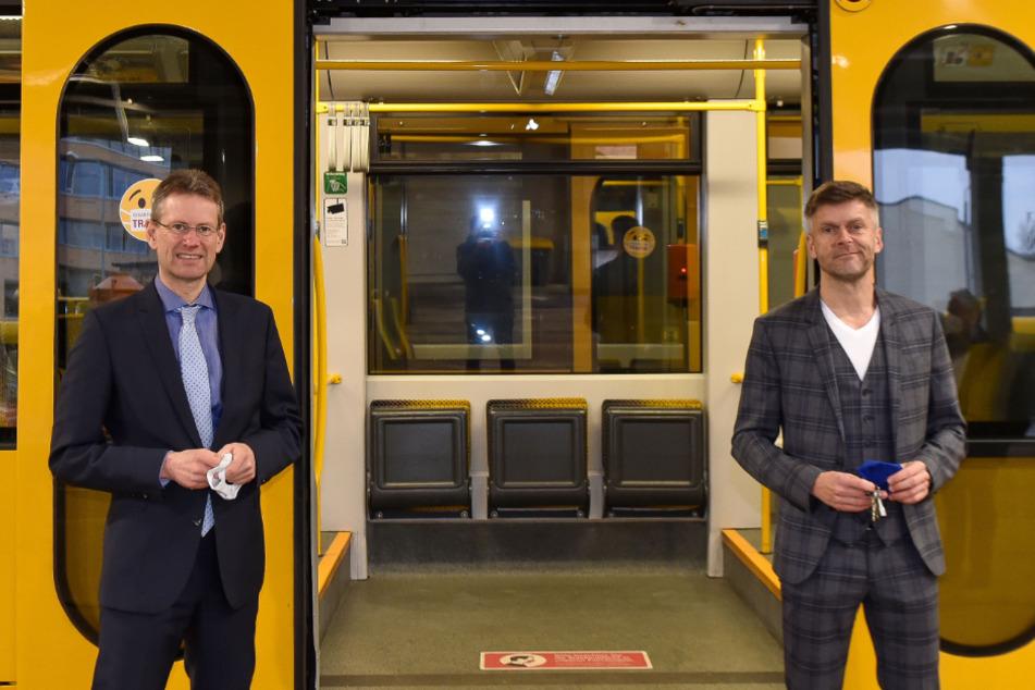 """""""Hereinspaziert"""": Die beiden DVB-Bosse Andreas Hemmersbach (52, l.) und Lars Seiffert (51) werben um Kunden."""