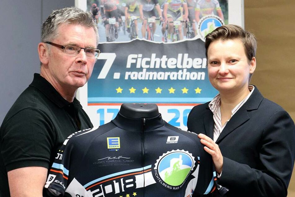 Frank Bihra (67) und Jannette Berndt (38) zeigen das Trikot zum 7. Fichtelberg-Marathon.