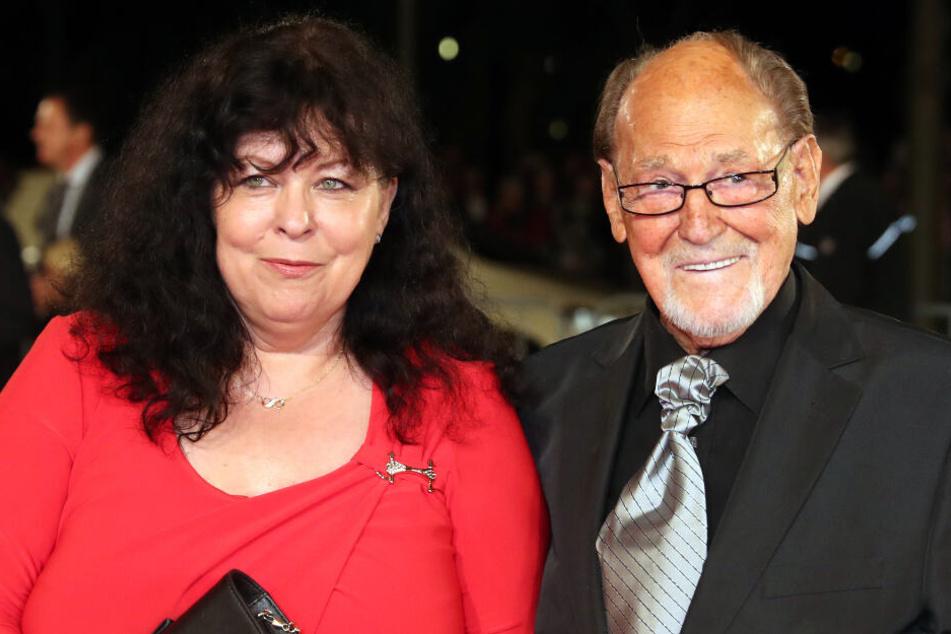 """Herbert Köfer (98), hier mit seiner Frau Heike (59), ist kurz nach seinem 98. Geburtstag erneut zu Gast im """"Riverboat""""-Studio."""