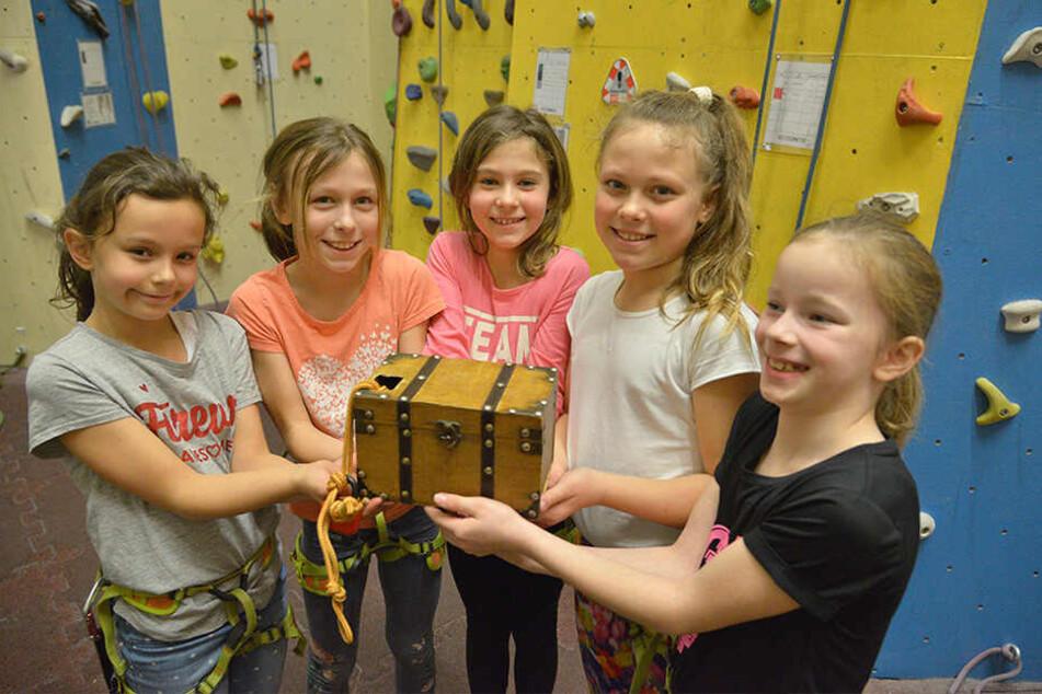 Kleine Abenteurer: Selina (9), Shari (9), Alina (9), Geraldine (9) und Lilli (8, v.l.n.r.) gehen im Kletterzentrum auf Schatzsuche.