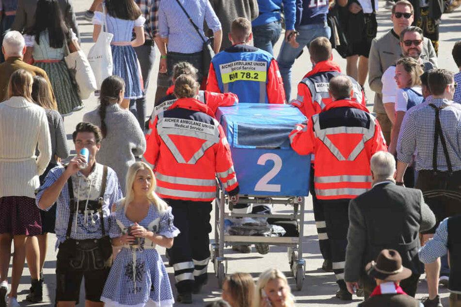 Auftakt zum Oktoberfest. Mobile Sanitäter laufen durch die Menschenmenge.