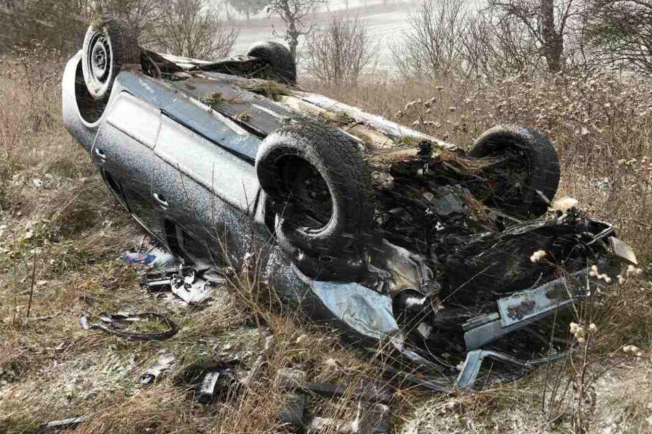 Zwischen Göllingen und Hachelbich landete ein Fahrer mit seinem Auto auf dem Dach und wurde schwer verletzt.