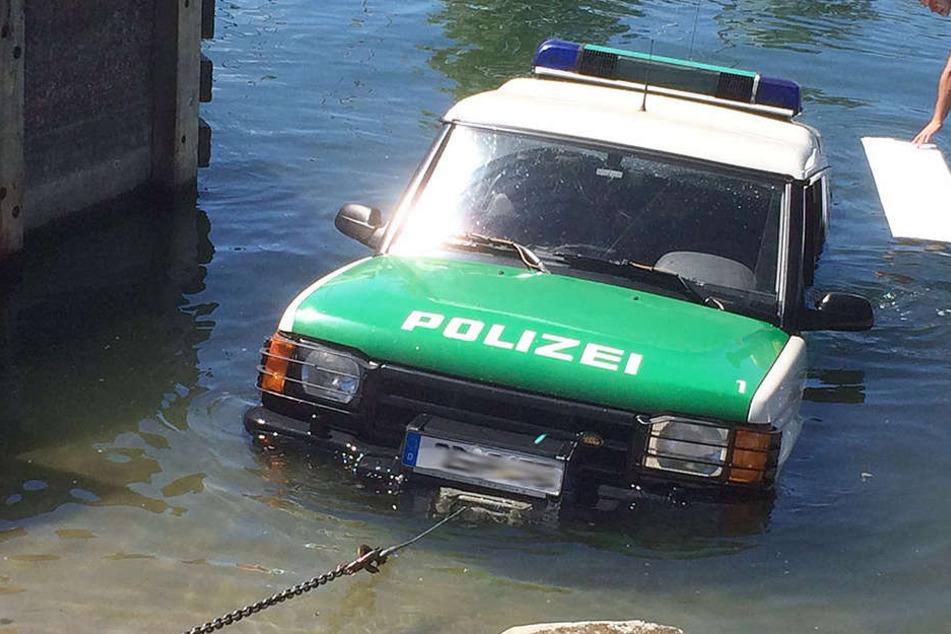 Am Montag rutschte ein Fahrzeug der Polizei in den Bodensee und sank drei Meter tief.