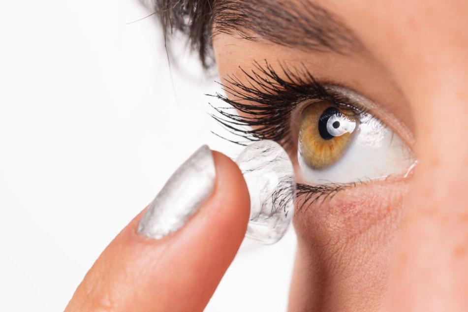 Kontaktlinsen eignen sich in vielen Fällen, bergen aber auch Risiken.