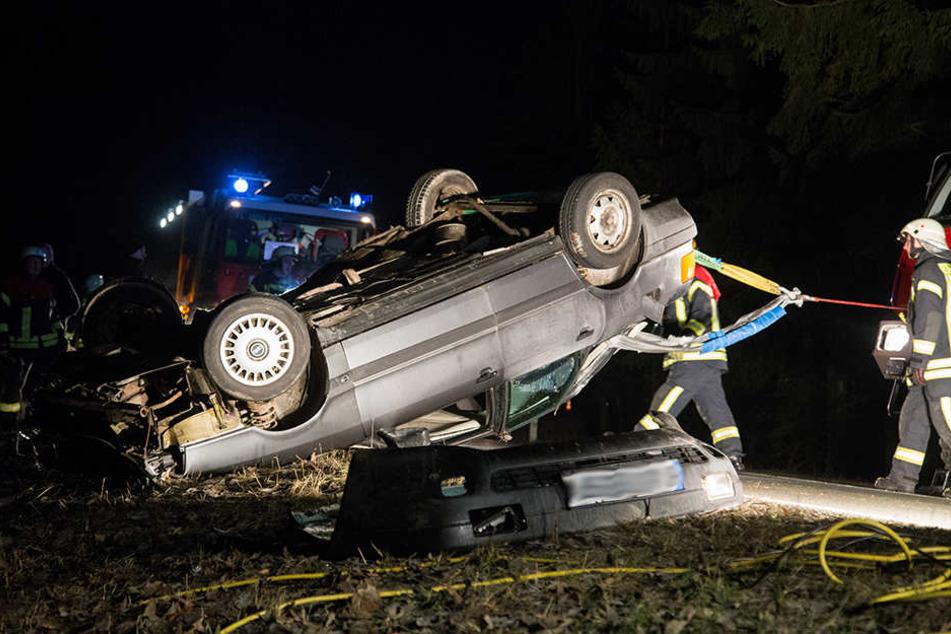 Der Wagen musste erst gesichert werden, bevor die Rettungskräfte den Fahrer befreien konnten.