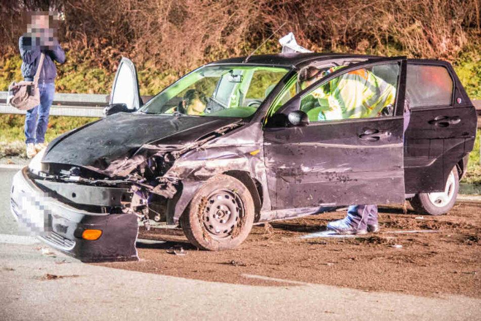 Das Wrack des Ford. Die 23-jährige Beifahrerin musste reanimiert werden.